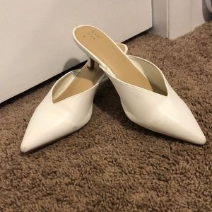 White pointed-toe mules with small heel